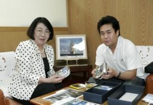 BEE GREEN COFFEEを手にとって、中尾郁子市長に活動報告する小島代表